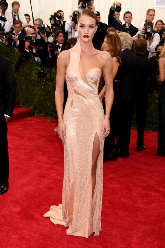 Звезды на красной дорожке Бала института костюма Рози Хантингтон-Уайтли в Versace