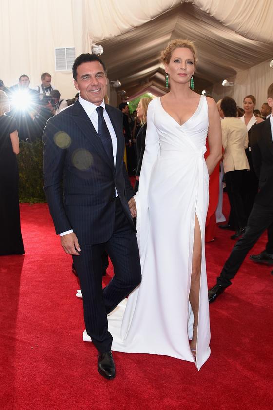 Звезды на красной дорожке Бала института костюма Ума Турман в Versace