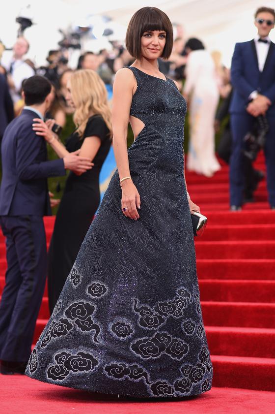 Звезды на красной дорожке Бала института костюма Кэти Холмс в Zac Pozen