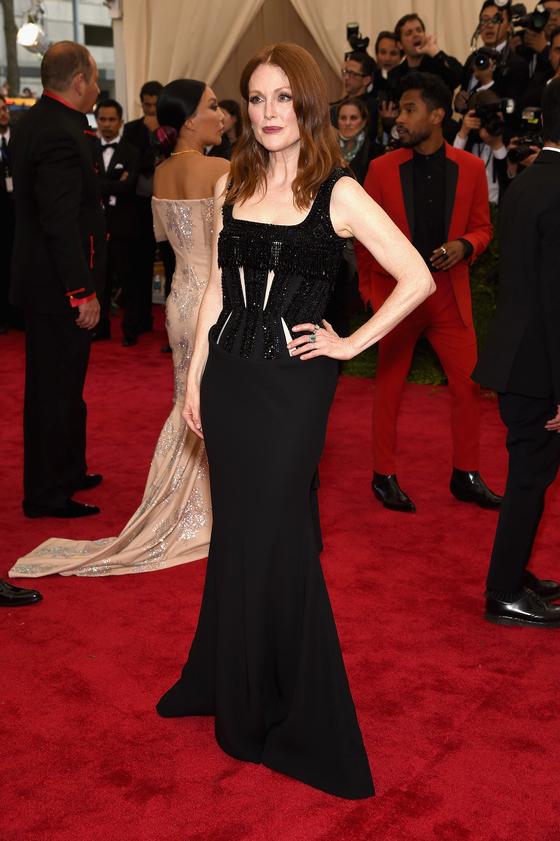 Звезды на красной дорожке Бала института костюма Джулианна Мур в Givenchy