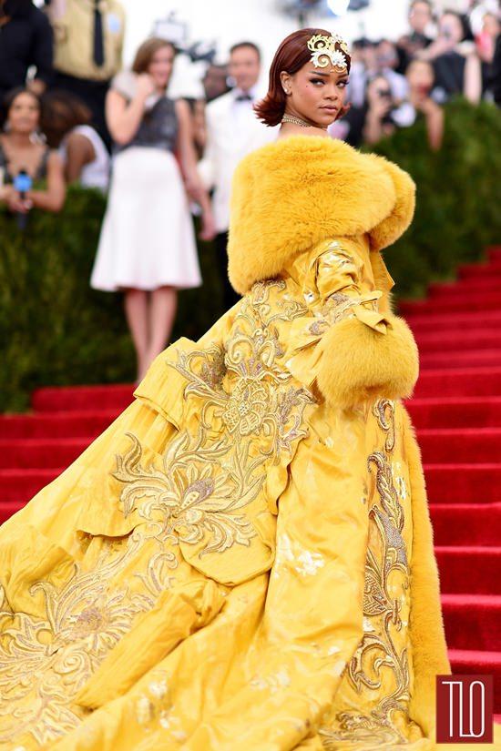 Звезды на красной дорожке Бала института костюма Rihanna-2015-Met-Gala-Red-Carpet-Fashion-Guo-Pei-Couture-Tom-Lorenzo-Site-TLO-2
