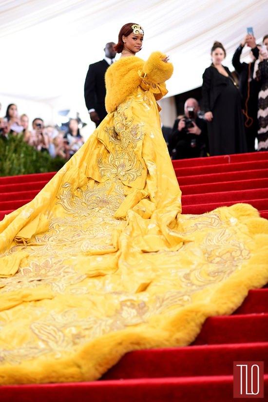 Звезды на красной дорожке Бала института костюма Rihanna-2015-Met-Gala-Red-Carpet-Fashion-Guo-Pei-Couture-Tom-Lorenzo-Site-TLO-4