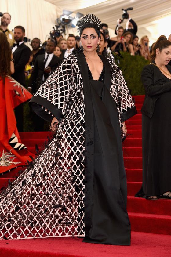 Звезды на красной дорожке Бала института костюма Леди Гага в Balenciaga
