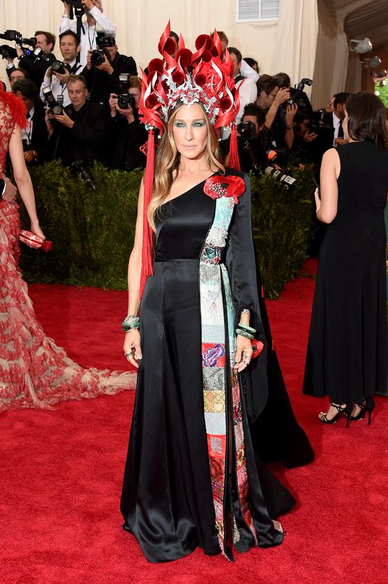 Звезды на красной дорожке Бала института костюма Сара Джессика Паркер в H&M