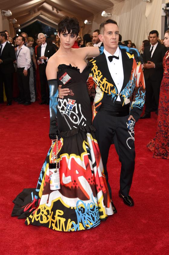 Звезды на красной дорожке Бала института костюма Кэти Перри в Moschino