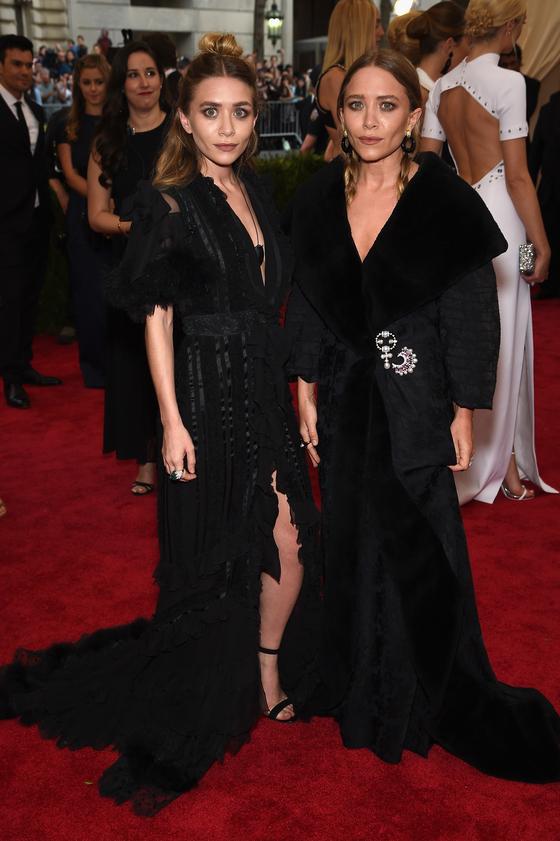 Звезды на красной дорожке Бала института костюма Мэри-Кейт и Эшли Олсен в Galliano