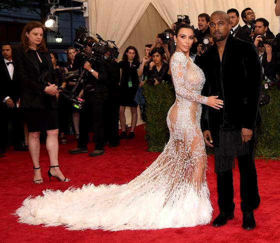 Звезды на красной дорожке Бала института костюма Ким Кардашьян (в Roberto Cavalli) и Канье Уэст