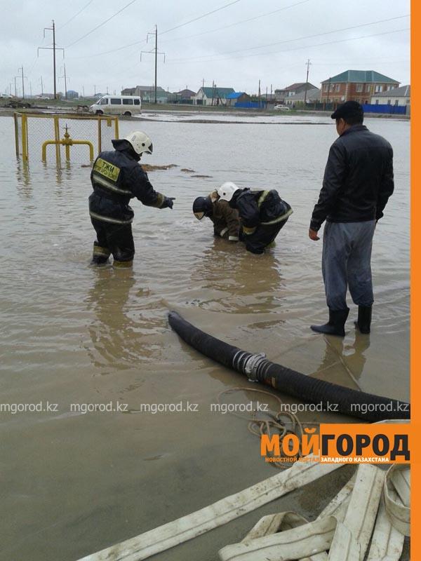 В Атырау из-за сильного ливня эвакуированы жители 15 домов potop5