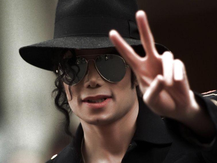 Новости - 6 лет без Майкла Джексона В 1984 году Майкл Джексон пригласил в свой дом 14-летнего Дэвида Смита, страдавшего от тяжелого наследственного неизлечимого заболевания. Последним желанием мальчика было увидеть короля поп-музыки и и пообщаться с ним. Узнав об этом, Майкл исполнил его желание. Дэвида не стало 7 недель спустя.