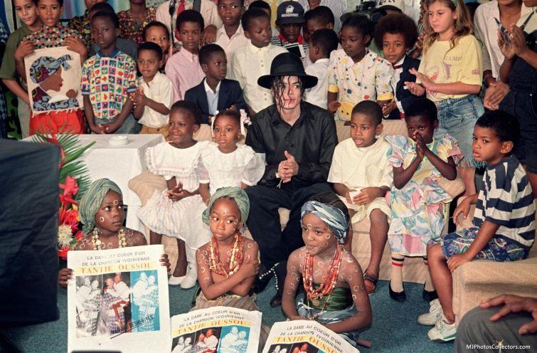 Новости - 6 лет без Майкла Джексона В 1984 году Майкл Джексон получил серьезный ожог кожи головы в ходе съемок рекламы известного газированного напитка (кстати, этот несчастный случай и спровоцировал появление у артиста витилиго). Певец попал в больницу Brotman Memorial, где посетил детское ожоговое отделение. После этого он принял решение направить внушительную материальную компенсацию от компании на создание Детского ожогового центра.