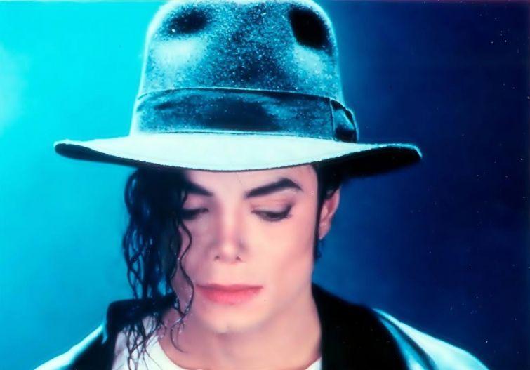 Новости - 6 лет без Майкла Джексона Во время войны в Боснии и Герцеговине Майкл оказал серьезную гуманитарную помощь жителям Сараева. В 1992 году в нью-йоркском аэропорту певец лично контролировал погрузку 43 тонн лекарства, одеял и одежды для пострадавших.