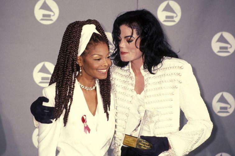 Новости - 6 лет без Майкла Джексона Поклонники и папарацци преследовали Майкла Джексона на каждом шагу, они дежурили у ворот и подъездов тех зданий, где он находился. Самые настойчивые и любвеобильные даже ночевали под окнами отелей, в которых останавливался артист. Майкл не одобрял этого, но относился без злобы, с сочувствием и даже передавал им одеяла, еду и теплые напитки. К слову, в детстве Майкл был не таким заботливым. Желая как следует напугать свою сестру Джанет Джексон, он клал ей под одеяло пауков.