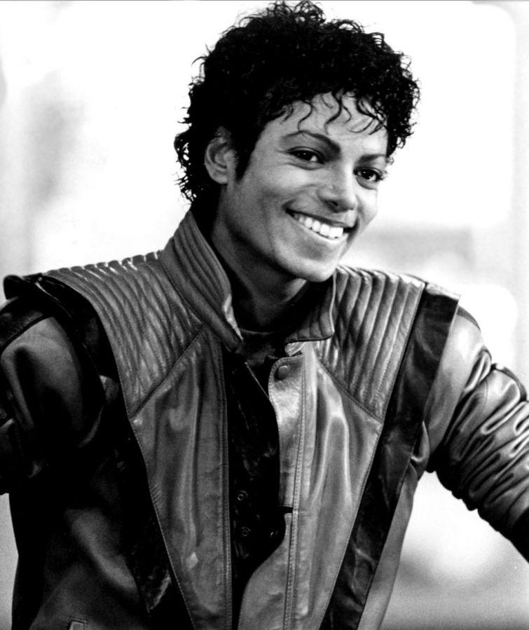 Новости - 6 лет без Майкла Джексона Майкл Джексон носил на руке черную повязку, тем самым показывая, что он всегда помнит о детях, страдающих от военных конфликтов и социальных беспорядков по всему миру.