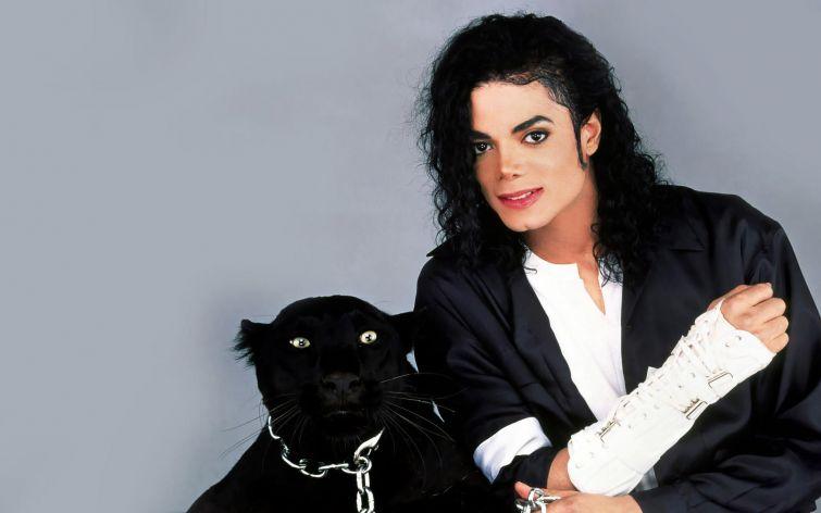 """Новости - 6 лет без Майкла Джексона Поп-король безмерно любил не только детей, но и животных. Он основал свой благотворительный фонд для помощи """"братьям нашим меньшим"""" и являлся хозяином питона Крашера, двух лам - Луи и Лолы и шимпанзе Баблса."""