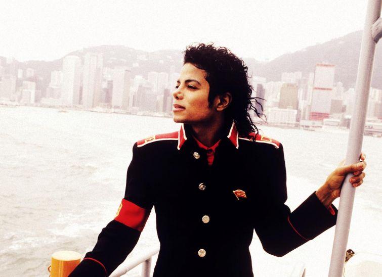 """Новости - 6 лет без Майкла Джексона Во время своих перелетов Майкл иногда просил подавать ему вино в баночке из-под диетической """"Кока-Колы"""". Он объяснял это тем, что не желает, чтобы дети видели его за употреблением алкогольных напитков."""