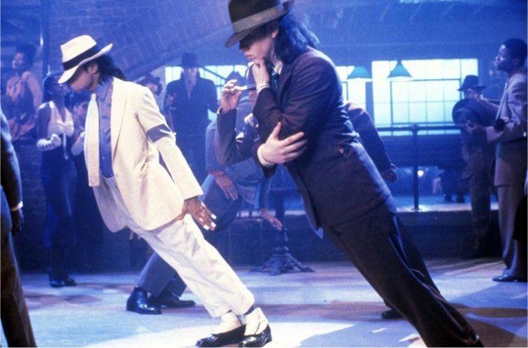 Новости - 6 лет без Майкла Джексона Майкл изобрел и запатентовал специальные ботинки, которые позволяли их владельцу наклоняться далеко вперед, не отрывая ноги от пола и как бы нарушая при этом все возможные и невозможные законы гравитации. Подобный трюк мы можем наблюдать в его клипе Smooth Criminal.