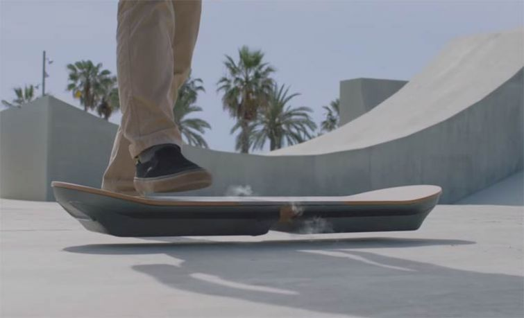 """Новости - Фирма Lexus создала реальный ховерборд как в фильме """"Назад в будущее 2"""" Чтобы скрыться от хулиганов, Марти отобрал летающий самокат у ребенка, после чего оторвал ненужный руль, сделав нечто похожее на привычный для него скейт, это и был ховерборд"""