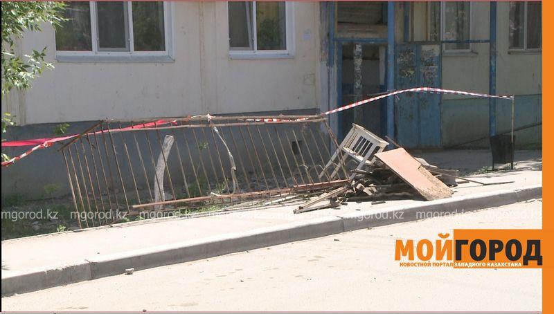 Новости Атырау - Обрушился балкон одного из домов в Атырау  balkon (1)