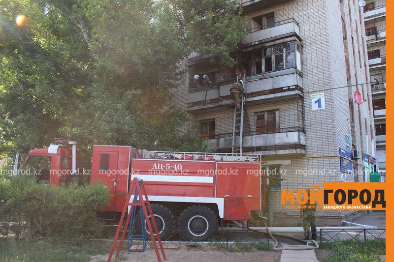 Новости Уральск - Балконы двух квартир общежития сгорели в Уральске neftebaza (3)