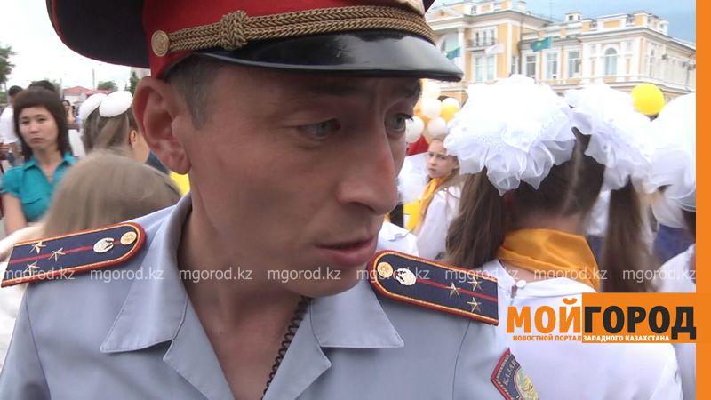 Новости Уральск - Полицейский с неадекватным поведением дежурил на выпускном балу в Уральске policeiskii