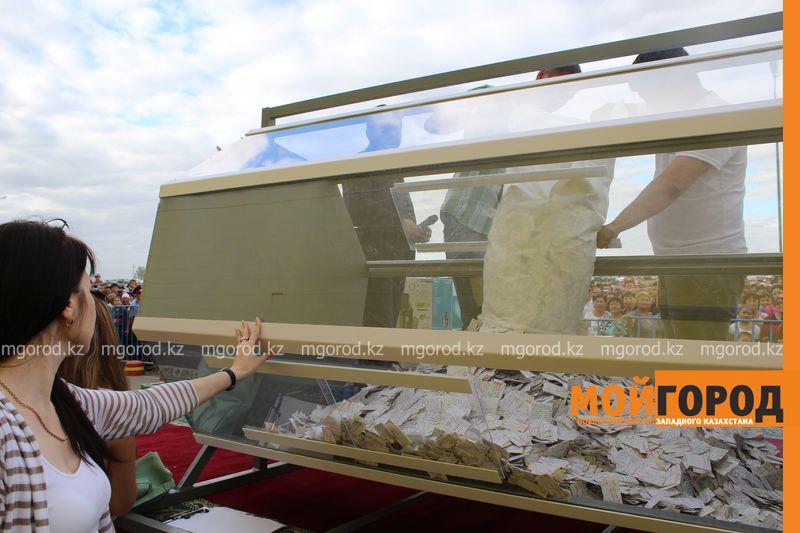 Новости Уральск - Розыгрыш автомобиля от гипермаркета «ДИНА» собрал тысячи людей (фото, видео) Dina_rozygrysh (4)