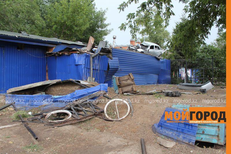 Новости Уральск - Машина залетела на крышу кафе в Уральске agaev (2)