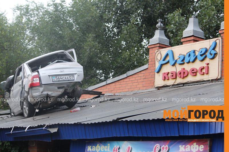 Новости Уральск - Машина залетела на крышу кафе в Уральске agaev (6)