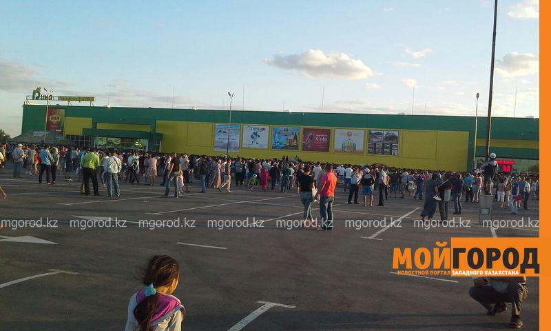 Новости Уральск - Розыгрыш автомобиля от гипермаркета «ДИНА» собрал тысячи людей (фото, видео) dina_probka (1)