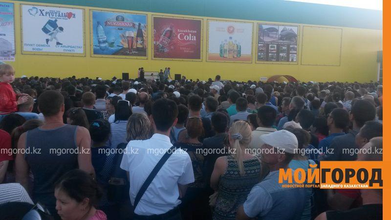 Новости Уральск - Розыгрыш автомобиля от гипермаркета «ДИНА» собрал тысячи людей (фото, видео) dina_probka (2)