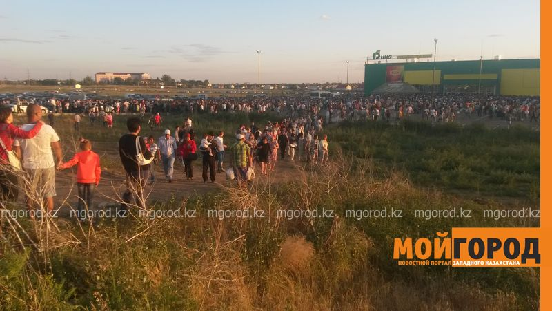 Новости Уральск - Розыгрыш автомобиля от гипермаркета «ДИНА» собрал тысячи людей (фото, видео) dina_probka (3)