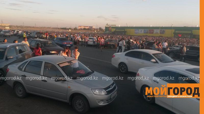 Новости Уральск - Розыгрыш автомобиля от гипермаркета «ДИНА» собрал тысячи людей (фото, видео) dina_probka (5)