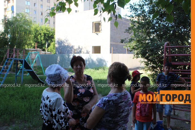 Новости Уральск - Жители многоэтажек недовольны строительством магазина на детской площадке в Уральске magazin (1)
