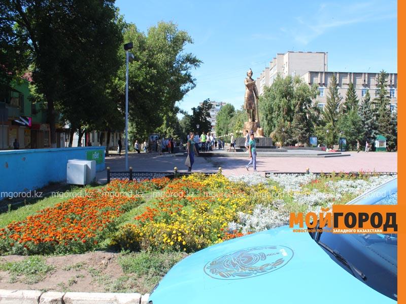 Новости Уральск - Машина залетела на площадь имени М.Маметовой в Уральске (фото, видео) ploshad3