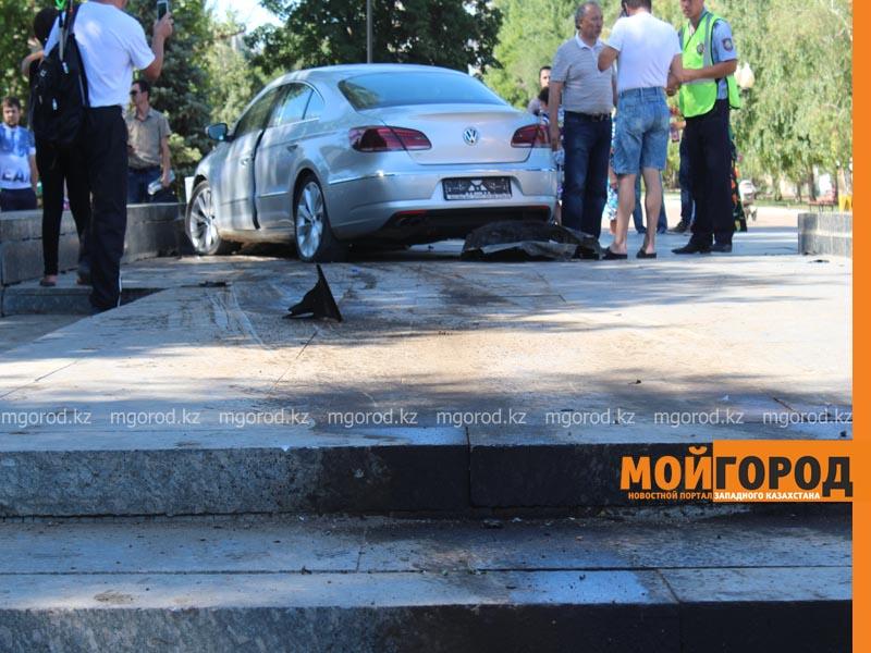Новости Уральск - Машина залетела на площадь имени М.Маметовой в Уральске (фото, видео) ploshad6
