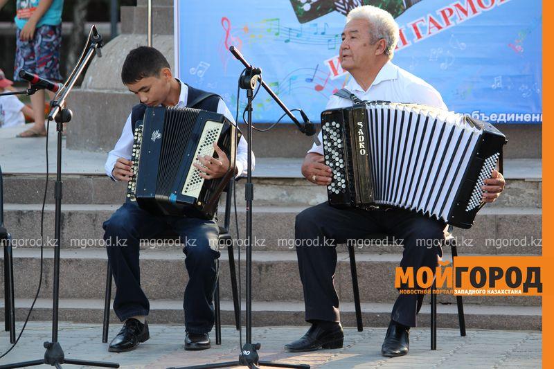 Гармонь-party и домбыра-party одновременно провели на площади в Уральске dombra (11)