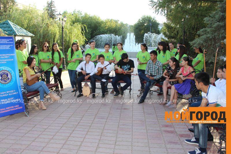 Гармонь-party и домбыра-party одновременно провели на площади в Уральске dombra (12)