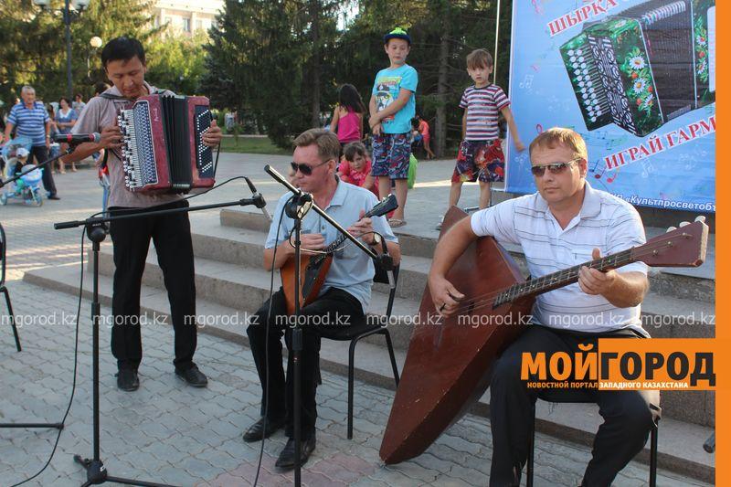 Гармонь-party и домбыра-party одновременно провели на площади в Уральске dombra (6)