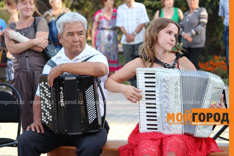 Гармонь-party и домбыра-party одновременно провели на площади в Уральске dombra (7)