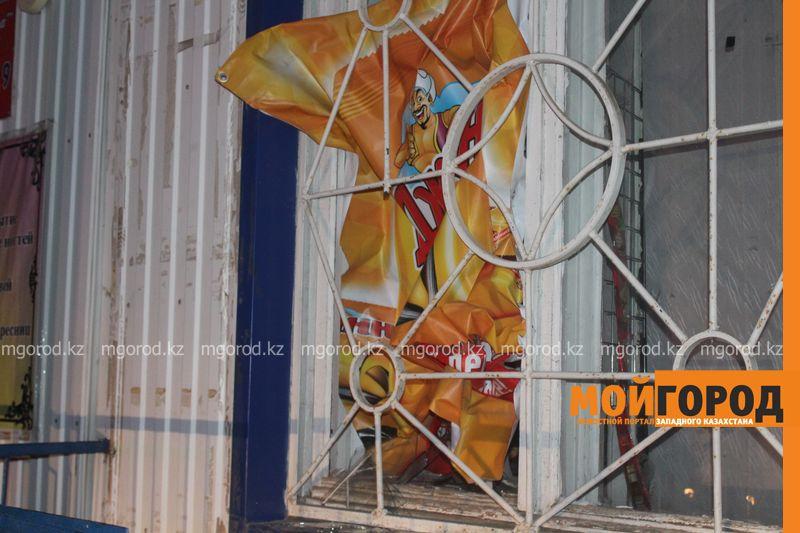 Грабитель продуктового магазина в Уральске застрял в оконном проеме (фото, видео) IMG_9208 [800x600]