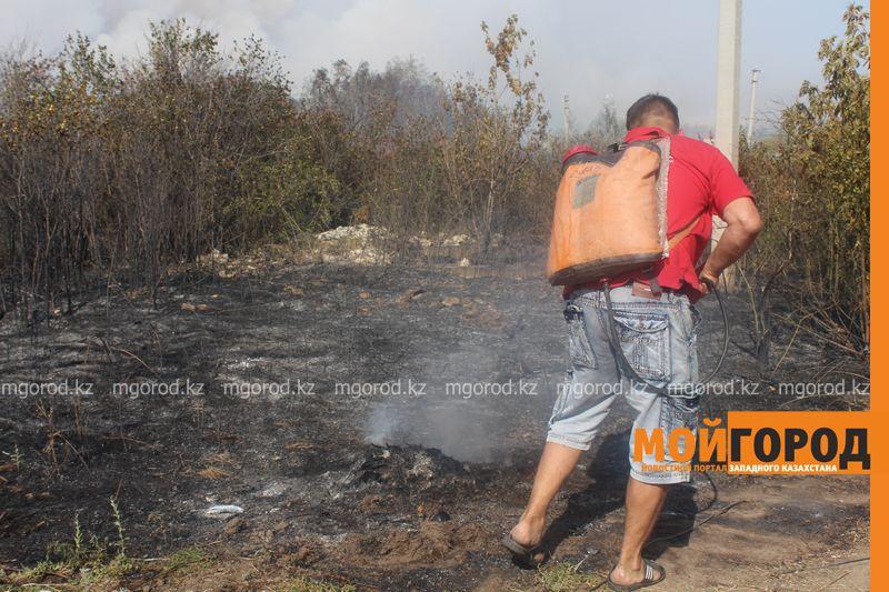 Сильный пожар уничтожает дома вблизи Уральска dachi (1)