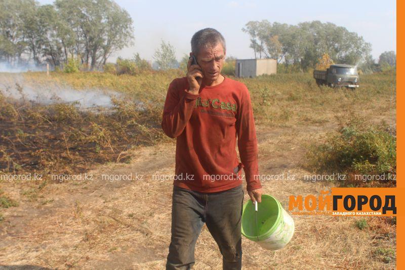 Сильный пожар уничтожает дома вблизи Уральска dachi (10)