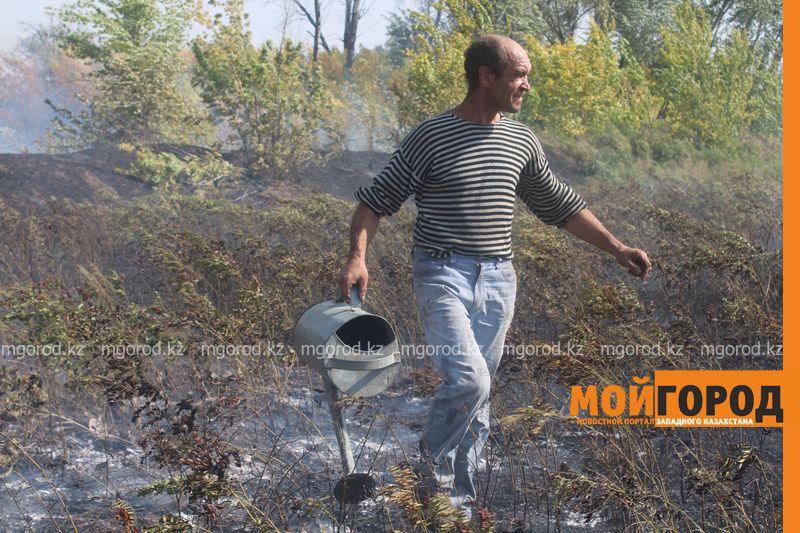 Сильный пожар уничтожает дома вблизи Уральска dachi (11)