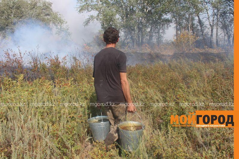 Сильный пожар уничтожает дома вблизи Уральска dachi (13)