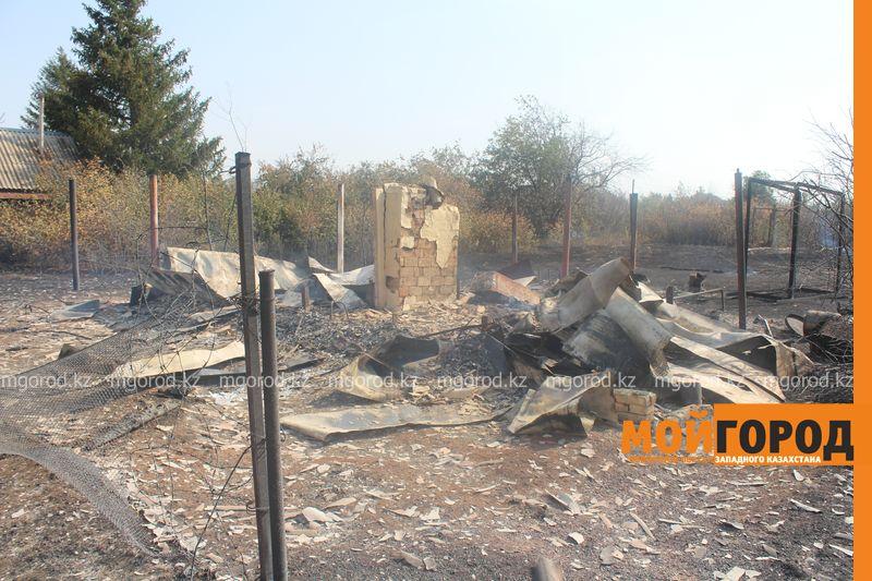 Сильный пожар уничтожает дома вблизи Уральска dachi (16)