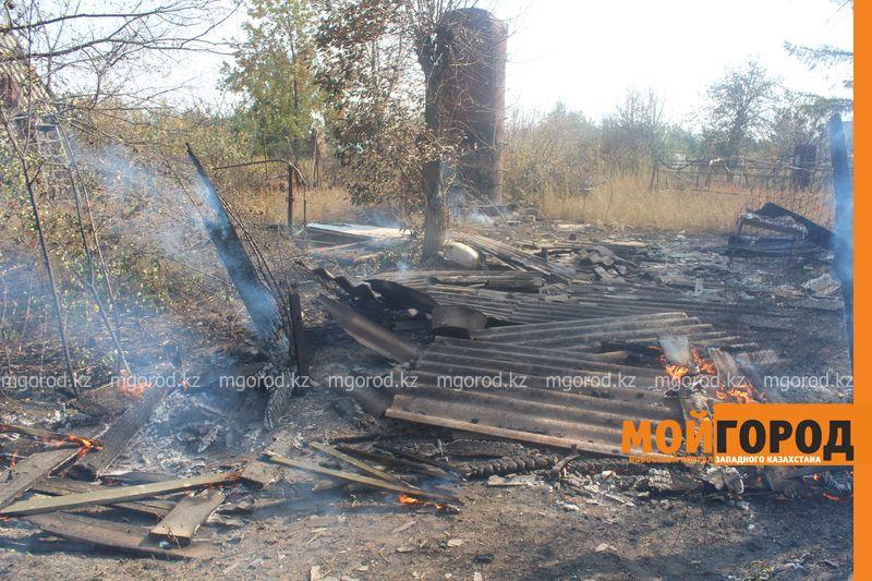 Сильный пожар уничтожает дома вблизи Уральска dachi (19)