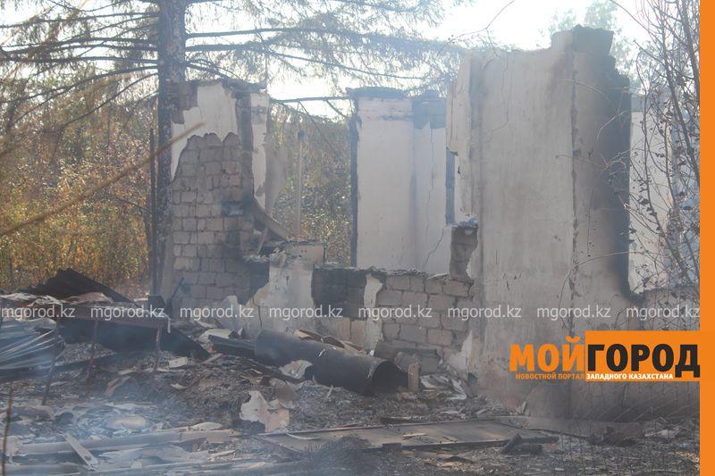 Сильный пожар уничтожает дома вблизи Уральска dachi (20)