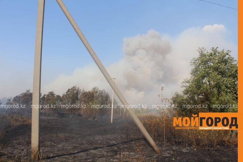 Сильный пожар уничтожает дома вблизи Уральска dachi (21)