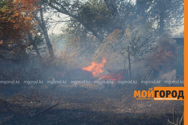 Сильный пожар уничтожает дома вблизи Уральска dachi (24)