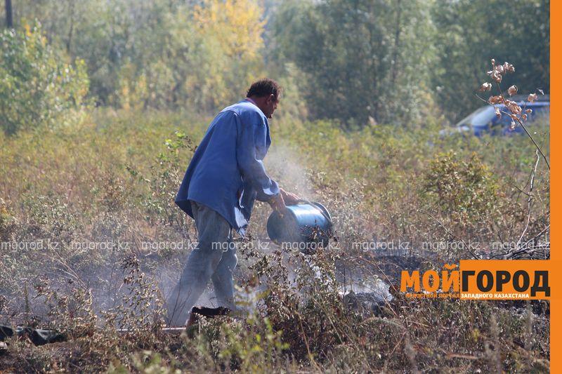Сильный пожар уничтожает дома вблизи Уральска dachi (5)