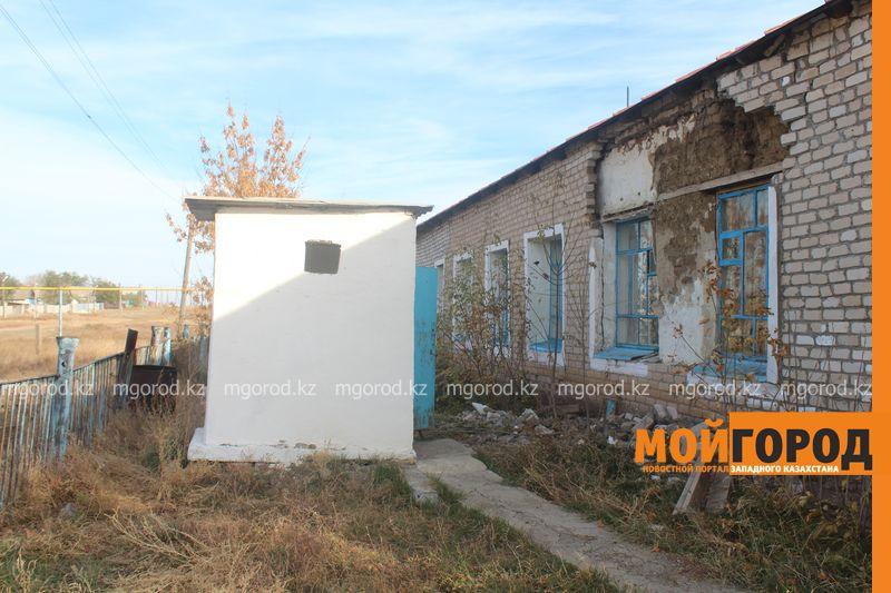 Ветерана войны в ЗКО сфотографировали на удостоверение возле туалета Тот самый туалет, возле которого фотографировали Владимира ШКУРАТОВА